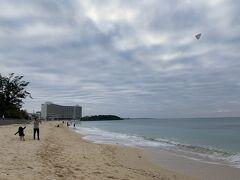 正月なので、東京で買ってきた凧をあげてみました。 カフーの前のビーチですが、なかなか海風は強くなったり弱くなったりで難しかったです。