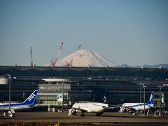 羽田空港第1ターミナルのサクララウンジに入って国際線ターミナルの方を見ると、工事中のクレーンのうしろに富士山が見えました。 昔はもっと見えたのになぁ・・・