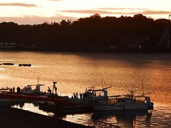 ホテルの窓から暁の光に輝く三角漁港が見えました。