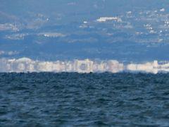 天草宝島ラインで本渡港へ向けて航行中、島原方面を見てみると蜃気楼が発生してました。