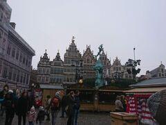 アントワープ市庁舎の前の広場ではクリスマスマーケットが開かれていました。