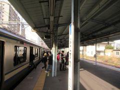 日中は20分毎の運転になってしまった横須賀線の逗子以南。それでも多くの乗降があります。