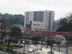 歩道橋を渡り終えるとすぐ先に京急汐入駅があります。  (つづく)
