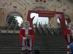 スイテイエン公園入口。 この日は既に12月28日、クリスマスは終わってるはずだけど ベトナムではいつまでもクリスマス気分。  ホテルの朝食バイキングでも、クリスマスツリーやクリスマスデコレーション、音楽はクリスマスミュージックが延々と流れてた。  そしてスイテイエン公園の入り口にも謎のサンタ達。  5体くらいいた。