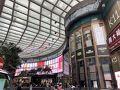 まずはメイン通りのネイザンロードまで行ってみます。k11と言う大きなショッピングモールがホテルのすぐ近くにありました。