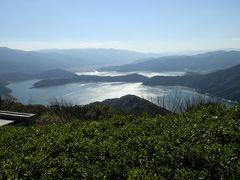 山頂公園から三方五湖を眺めました。眼下に見える大きな湖が「水月湖(すいげつこ) 」、水月湖の左側に見える湖が「管湖(すがこ)」です。水月湖の奥に突き出た半島があり、その奥に見えるのが「三方湖(みかたこ)」です。   湖面に太陽光線が反射しキラキラ輝く絶景です。