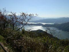 眼下に水月湖・三方湖が見えます。湖がキラキラ光り、まさに絶景です。