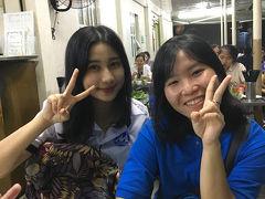 夜6時に、ホテルのロビーで待ち合わせて ベトナム人の学生がボランティアで運営している ナイトウォーキングツアーへ。 http://saigonfreewalkingtours.com/  かわいい二人の学生さんが来ました!  二人とも18才、英語を勉強中とのこと。 昨日のバイクツアーのガイドの英語より、訛が少なめで聞きやすい発音だった。  まずは豚肉とごはんのワンプレートを食べにドンコイ通りのお店へ。 ここでこどもだけ食べた後、 バインセオが有名な屋台Bánh Xèo 46Aへ。
