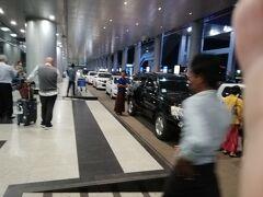 福岡―ハノイ―ヤンゴンとベトナム航空を利用。ヤンゴン国際空港には18時着。  到着フロアに出るとすぐタクシーの声掛け。声をかけてきた運ちゃんに交渉。アウンミンガラー・バスターミナルまで8,000チャットとのことで利用した。 ATMとsim売り場を案内してもらい、装備完了してタクシーに乗り込み。  タクシーのなかでミャンマー語講座してくれた。J-POPをかけてくれたり。