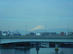 9:55  いきなりですが、羽田空港からディズニーに向かうリムジンバスの車窓から見えた富士山☆  今回は往路 伊丹8:30ー羽田9:35、復路 羽田18:30-伊丹19:40のJALで移動します。  いつも通りダイナミックパッケージで予約するつもりでしたが、うかうかしていたらオプションのマジカルファンタジー号予約締め切り日を過ぎてしまい、お安いプランが予約出来ませんでした(><;)  そうなるとホテルと別に取った方がお安くなるのでオフィシャルホテルのシェラトンを予約、今回は忘れずリムジンバスも…と検索したら、9時台の便で空きがあるのは9:15のみでそれ以降は11時台まで満席Σ(゚д゚lll)  乗車券を持っていれば当日の後発便に変更出来るのは知っていたので、あえて飛行機到着前の9:15を予約して、乗り場で9:45の便に乗せてもらいました♪(ちなみに満席どころか10組も乗っていませんでした)