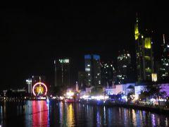 マイン川を渡ってホテルに向かう途中・・・  すると川沿いで何やら楽しげな雰囲気が・・・