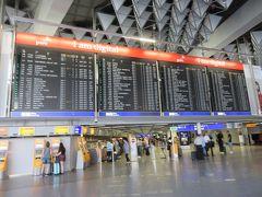 駅からエスカレーターを上がればそこはもう空港!!  空港ってやっぱり行き先の案内板がいいですよね