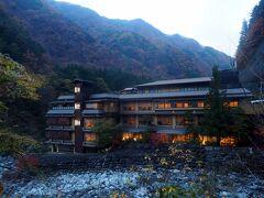 奈良田まで5㎞弱の舗道歩き、東俣林道と比べりゃ屁です…でもやはり滅入ります。 ここに吸い寄せられそうになりました。 いつかは泊まりたい、ギネス認定世界最古の宿。 二月末に泊ります。