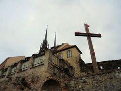 聖ペテロ聖パウロ教会をたもとから。夜はこの十字架もライトアップされるのか。