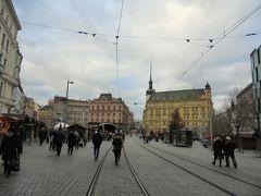 14:40、自由広場は緑の広場と違ってクリスマスマーケットの屋台が賑わっていました。