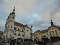 15:37、ドミニカン広場 写真左の建物は聖ミハエル教会、右は新市庁舎