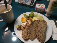 パリ6日目の朝。 このホテル、キッチン用品が充実しているのは大変助かるのですが、難点が2つほどあります。 1点目は鍋やフライパンのふたがないこと。そして2点目はフライパンがテフロン加工ではないこと。 何度目玉焼きを作っても、どんなに油を多めに入れても、絶対に卵がフライパンにこびりついてしまいます。 何か対策を考えないと。 朝食を作るのはあと1回だけですが。