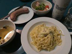 夕食。 2日目に使ったカルボナーラソース。 味が物足りなかったので、残りのソースにパルメザンチーズ、卵とコショウを加えてみたところ、どんぴしゃの味になりました。 そうそう、カルボナーラはこのくらいクリーミーで濃厚じゃないと!  その6、パリ最終日に続きます。