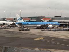 31日AM便で関空からKLMオランダ航空で出発。  オランダ航空は初めてです。いろんな航空会社の飛行機になりたいので、毎回できるだけ異なった航空会社にしています。昨年の5月に予約したので、通常よりは少し安くとれたのかな?  KLMアプリをダウンロードしていたので、何かと便利でした。フェイスブックに登録するとのメッセンジャーで入場ゲート等知らせてくれます。  アーリーチェックインで24時間前にチェックイン済。座席も交換して荷物を預けパスポートコントロール。  前回は7月だったので自動ではなかったのですが、今回パスポートを置いて、画像を見て自動で本人確認。かなり時間は短縮されたみたいです。  おきまりのラウンジで出発までゆっくりしていざ出発。 アムステルダムでトランジット1時間半すごし、ベルリンテーゲル空港には6時前に到着。