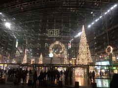 ベルリン中央駅です。  テーゲル空港からはTXLというバスでベルリン中央駅まで約20分で行きます。 空港にはバスマークがあり、マークに沿って歩きます。  チケットは空港内で購入。VBBチケット1回券(Single Ticket)2.8ユーロです。  購入方法は①英語に変換 ②AB Single ticket ③Standard fare(一般価格)④券売機右のクレジットカードをかざす ⑤暗証番号 ⑤発券という流れです。   バスに乗るとチケット差し込み入場時間を刻印します。  後は20分バスに揺られ到着を待ちます。  ベルリンに到着。さてホテルを探さねば。。。私が思う所にない。方向音痴で時差ボケもありボケボケ状態。グーグル君に助けを求めました。  ベルリン駅は、表と裏と2か所大きな出口がありました。どっちが表かしら? 私が出た出口はホテル側ではありませんでした。