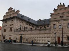 フラチャニー広場にある。国立美術館、外壁が綺麗です。