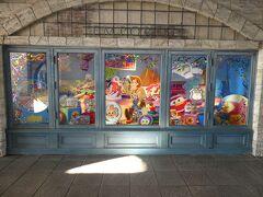 エンポーリオのショーウインドウは、ピクサー・プレイタイムのグッズが展示されています。 朝に向かうと35周年グランドフィナーレの一部グッズが、この日に再販されたので入店制限が掛かり、入るまで10分ぐらい待ちました。