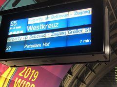 1月1日 朝一番でバルリン中央駅からSバーンでベルリン東駅まで行きます。空いてる時間にイーストサイドギャラリーに行きたかったのです。  チケットは1日券を購入。1日券は自販機でAll day ticket/tageskarteを選択。7ユーロでした。  ドイツでは改札がないので、そのまま入場できます。しかし、入場時にチケットを打刻機で印字してから入場しないと、罰金6000円程取られます。 電車の中で検札の人が回っているそうです。  ベルリン中央駅は乗り場を探すのは苦労しました。とにかく広いし、いろんな電車が交錯してます。  DBドイツ鉄道には、Sバーン(普通の電車)、Uバーン(地下鉄)、ICE(新幹線みたい)IC(都市間特急)RE(快速)EC(国際高速電車)RB(普通電車)等々あります。乗りなれないと難しいです。  早めに行って乗り場を確認。午後にはフランクフルトへ行くので下見を兼ねて調べました。  イーストサイドギャラリーへは中央駅から、Sバーンの3.5.7.9番度の電車でも行きます。