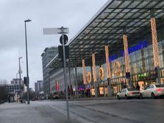 ベルリン東駅(Ostbahnhof)まで戻ってきました。 次なるコースはアレキサンダープラッツ界隈の探索です。  ここで電車の乗り場を間違え、逆方向に行ってしまいました。 うっかりミスです。  今回何度もこんなミスをしてます。慎重さが足りないのだわ。。とほほ  東駅からSバーンに乗り、2駅目のアレキサンダープラッツ下車。