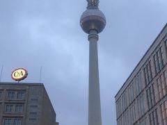 アレクサンダー広場にある旧東ドイツによって建てられた高さ368mのテレビ塔です。  ベルリンの空を刺す東ドイツの権威の象徴 東ドイツ建国20周年を記念して1965年から4年の年月を費やし建築。  テレビ塔としてはモスクワに次ぐヨーロッパ2位の高さです。  この日はとてもお天気が悪く、小雨が降り寒い日。空もどんよりで写真はうまく取れて無いのが残念です。
