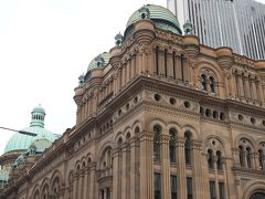 シドニー市役所を見たあとは信号を渡って目の前にあるQueen Victoria Buildingでお買い物。 ロマネスク式の建物で横幅は30m、長さは190mもあります。 ヴィクトリア女王の即位50周年を祝う目的で建設されたそうです。