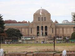 聖徳記念絵画館。 紅葉が終わってしまった神宮外苑イチョウ並木からの撮影。