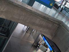 """空港駅のひとつ手前の""""エキスポ""""で乗り換え。 旅行客が集中するタナメラでの乗り換えを避けらるこのルート、オススメですよ。 エキスポまでずっと地下を走っていくので、景色は楽しめないけれど。"""