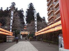 次にるーぷるでやって来たのは大崎八幡宮です。 仙台城跡から約30分と少し時間がかかります。  大崎八幡宮は、1607年に建てられたと言われ、社殿は国宝に指定されています。 2日後に古神札を燃納するどんと祭りを控えているんで、中は提灯が飾られていました。