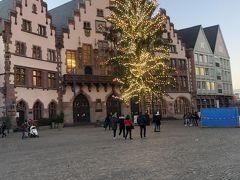 レーマ広場です。  クリスマスツリーがもう少し暗くなると綺麗のに。