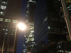 次の目的はマインタワー。  高いところからの景色が好きです。フランクフルトの夜景を見たくて、マインタワーに向かってます。  マインタワーは、マイン中心部の200mの超高層ビルです。  地上56階の建物です。入場料は7.5ユーロです。