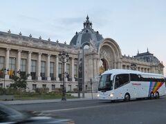 目の前には、市立美術館のプティ・パレがあります。 グラン・パレ同様、1900年のパリ万博のために作られた建物。 そして、プティ・パレのすぐ横にはイギリスの政治家ウィンストン・チャーチルの像がありましたよ。 ちなみにこの通りにもチャーチルの名が付いていましたが、フランスと深い関わりがあったのでしょうか。