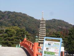 喜撰茶屋の前には宇治川が流れており、川の中州は浮島と呼ばれ、十三重石塔が建っています。  橋のたもとには道標と地図があります。