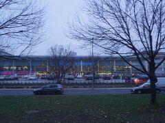 30分ほどでベルリン東駅に着きました。ここで市内を説明してくれる現地在住のガイドさんがバスに乗り込んできました。最初に説明されたのがこの東駅です。東西分裂の頃は東ドイツ側の中央駅で1987年に改修工事が始まりますが、壁の崩壊で工事は頓挫して完成したのは2002年だそうです。そのままバスは「イーストサイドギャラリー」に向かいます。