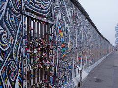 1945年に降伏したドイツはアメリカを中心とする資本主義とソヴィエト連邦を中心とする共産主義との間で揺れ動き、1961年の8月13日から当時の東ドイツによって西ドイツ側を包囲する壁が建設されます。「ベルリンの壁」の誕生です。まさにその年のパリ祭の日に生まれたのでこの壁は他人とは思えません。