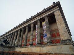現在の「アルテ美術館」は1823年から1830年にかけて、カール・フリードリヒ・シンケルの設計によって建てられます。18本の柱と明確で広い柱廊がある建物のファサードは周囲の建物と対照的です。元々はフリードリヒ・ヴィルヘム3世王によって設立されたベルリン美術館の古代彫刻や絵画のコレクションを収蔵していました。