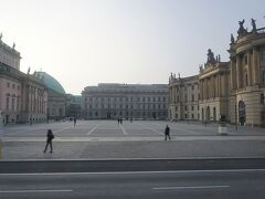 第三帝国時代に焚書が行われた「ベーベル広場 (Bebelplatz)」です。「インディー・ジョーンズ 最後の聖戦」の焚書のシーンでヒトラーから手帳にサインをもらうシーンを思い出します。1933年に4万人以上の人がヨーゼフ・ゲッベルスの演説を聞きに集合したそうです。
