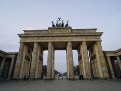 ベルリンから各地に向かう街道と壁が交差するところには14か所(のちに18か所)の関税門が設けられ、ベルリンを出入りする物資に関税を課していました。ブランデンブルク門も関税門のひとつであったそうです。