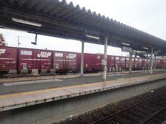 石巻駅 ここにも貨物列車が停車。貨物輸送の盛んなことがうかがわれて、石巻線の活躍ぶりに少しホッとします。 このままこの列車で終点の女川(おながわ)まで乗り通します。  (つづく)