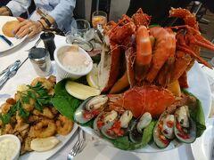 本日の夕食はシーフードです。 ダーリングハーバーのニックス シーフード レストラン。 これがシーフードプラッターですか・・・ 量、多過ぎ! 美味しく頂いたあとホテルに戻り、シドニー2日目終了です。