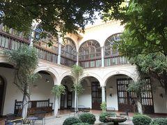パラドールの中庭。宿泊客しか入れない、という触れ込み。静かでした。
