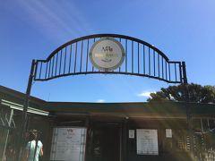 道路沿いのパーキングに駐車がたくさん。否応無く目立ちます。到着しました!2014年ウィナーのRush Munro's of NZ / ラッシュムンローです。  受賞回数は多くありませんが、1926年創業の伝統のあるお店で、毎年ブティック部門で双璧をなすプホイバレーカフェとタカプナビーチカフェを抑えてウイナーになった唯一の店舗。期待感は嫌が応にも高まります。  https://www.rushmunro.co.nz/