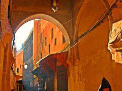 朝10時前のメディナのスーク(市場)では、歩いている観光客も少なく、開いているお店もまばら。 道行くのは地元の人達が多いのかな。  モロッコの民族服であるジェラバを着た初老の男性が静かに通り過ぎて行くのが何とも絵になる。  思わず立ち止まり、見惚れてしまいそうになるが…。 イヤイヤ・・・、まだスークの入口に来たばかり。 こんなところでトラップされていては、旅は先には進まない。