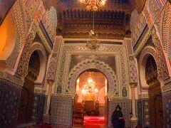 廟にはフェズの守護聖人であるムーレイ・イドリスの墓があり、建物の内部はムスリム(イスラム教を信仰する人)以外は立ち入ることができなく、入口から中の様子を垣間見るだけ。