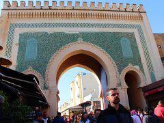 人の多さで疲れてしまった私と娘は、人ごみから逃れるためにBab Bou Jeloud(ブージュルード門)へ。  ブージュルード門は別名ブルー・ゲートと呼ばれるフェズのメディナの観光名所なのだが、門の色は青色ではなく緑色!?
