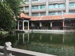再発号の近くにある「呉園」に行ってみます。 庭園には池があります。